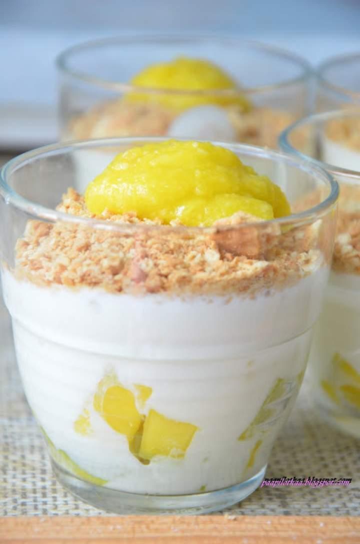 Jogurtowy deser z mango i białą czekoladą
