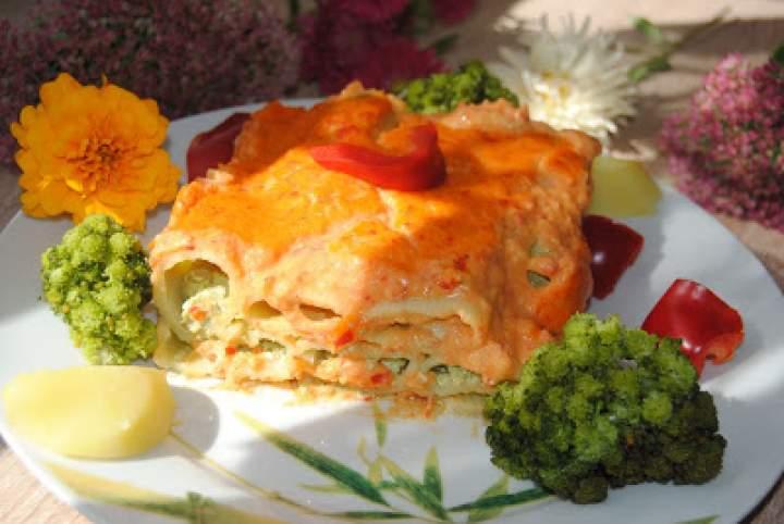Grube rurki nadziane masą brokułowo – twarogową z sosem paprykowo- ziemniaczanym