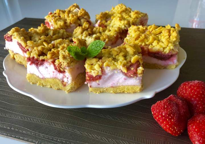 Kruche ciasto z truskawkami i owocową pianką