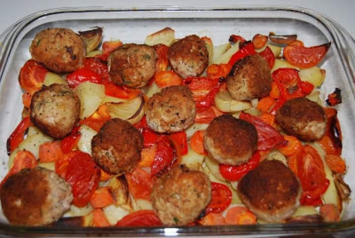 Pulpety z indyka na pieczonych warzywach