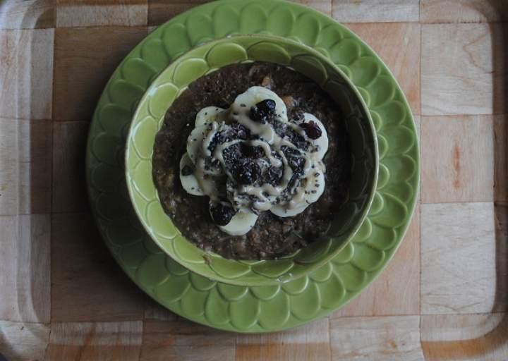 802. Cukiniowo- karobowa owsianka z bananem, mleczkiem kokosowym i tahini
