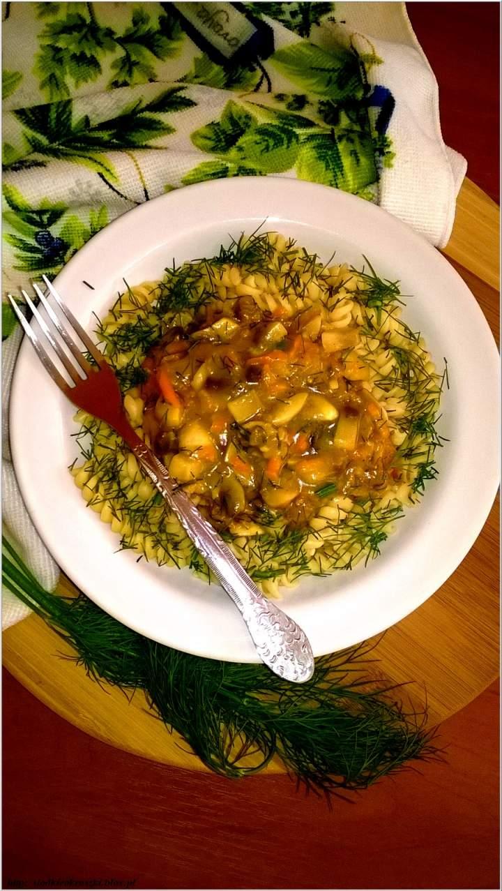 Świderki w sosie koperkowo-warzywnym z pieczarkami. Szybki obiad.