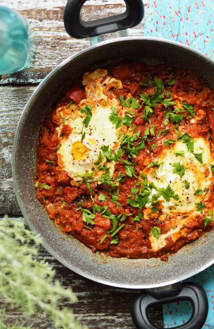 Szakszuka, czyli jajka gotowane w pomidorach
