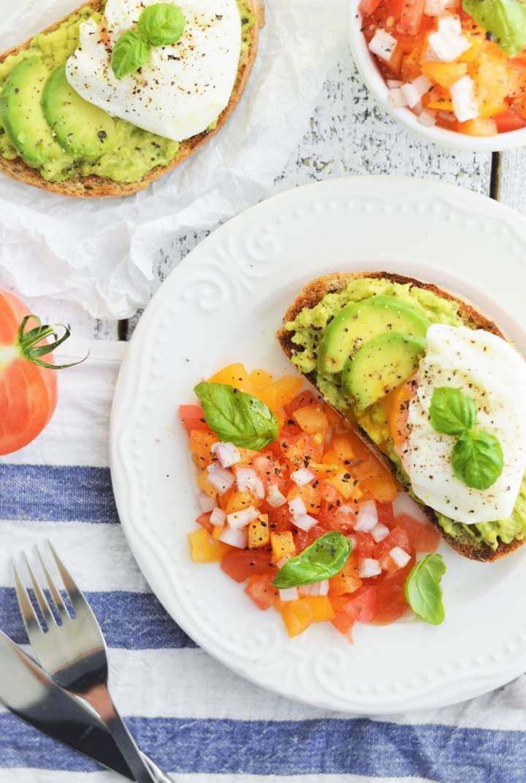 Tosty z awokado, jajkiem w koszulce i salsą pomidorową
