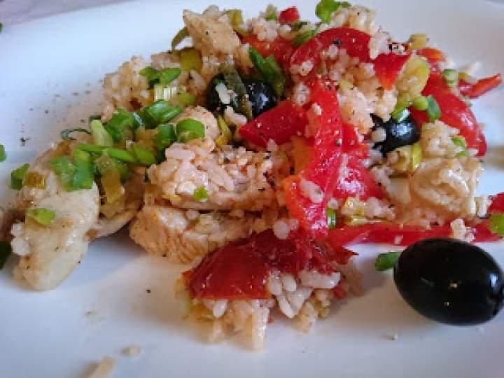 sałatka z kurczakiem, suszonymi pomidorami i ryżem