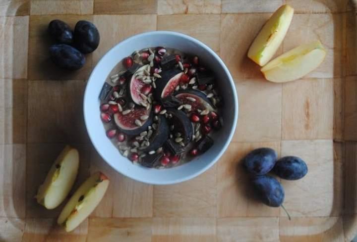 806. Karobowo- różana jogurtowa kasza gryczana z figą i czekoladą