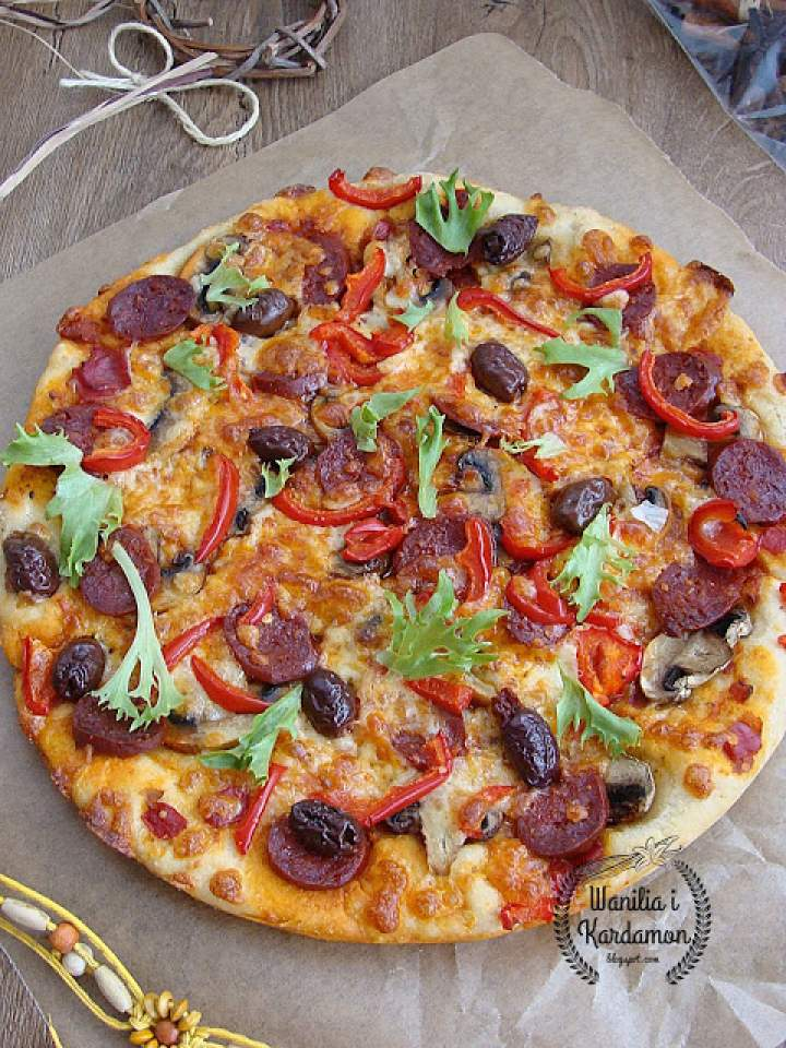 Pizza z chorizo, oliwkami kalamata i mozzarellą