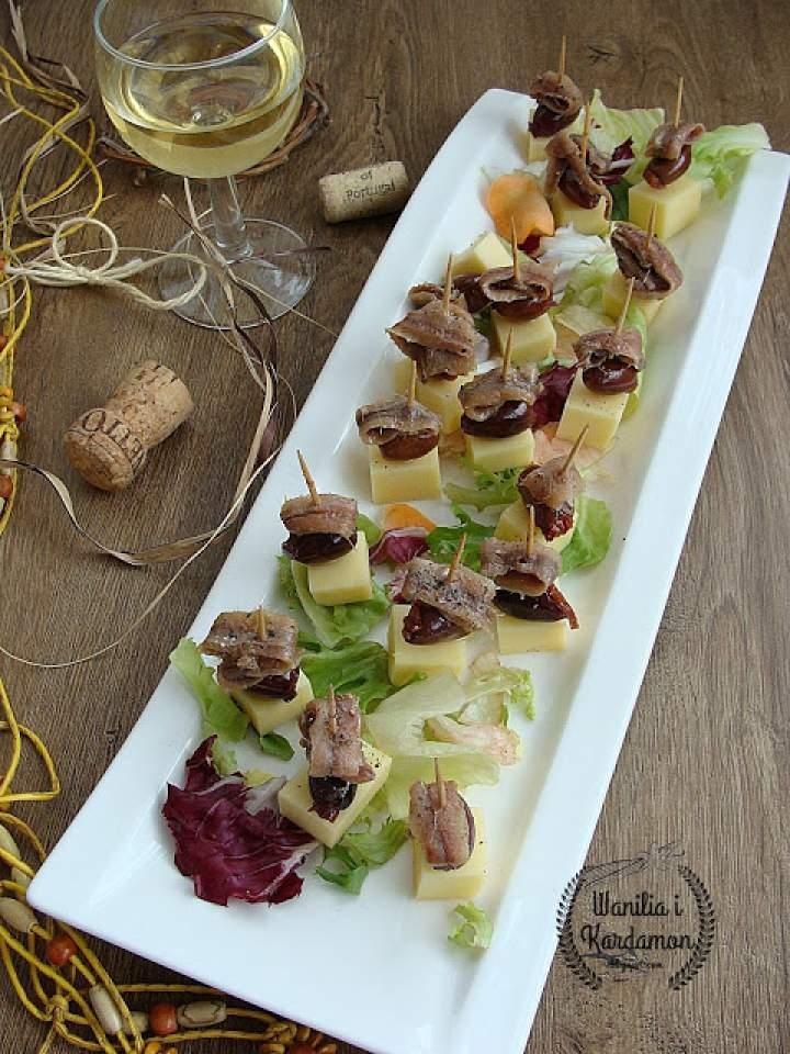 Koreczki serowe z oliwkami i sardelami