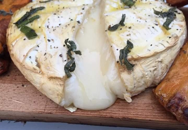 Wyjątkowe pomysły na grillowany ser Brie na desce cedrowej