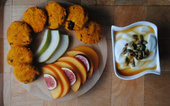 807. Dyniowo- waniliowe ciastka z ciecierzycy, jogurt i owoce