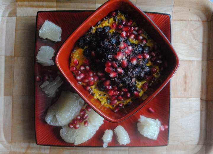 808. Dyniowo- różany pudding chia z czeko- miętową ciecierzycą