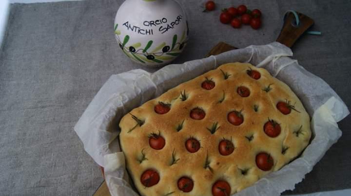 Focaccia z pomidorkami koktajlowymi i rozmarynem