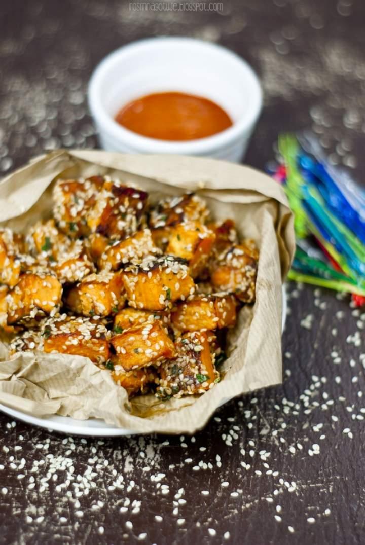 Słodkie ziemniaki z dipem orzechowo-paprykowym