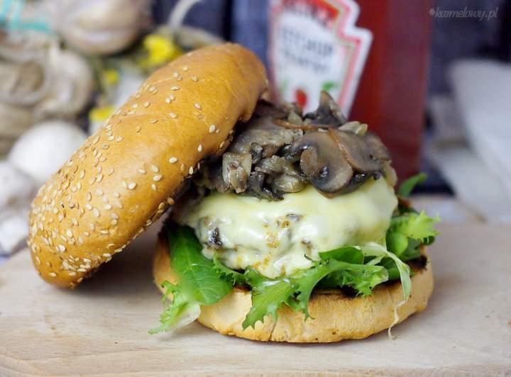 Łatwy burger wołowy z serem i pieczarkami / Easy beef, mushroom and cheese burger
