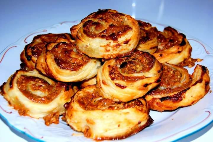 Ślimaki z ciasta francuskiego z solonym karmelem i orzechami