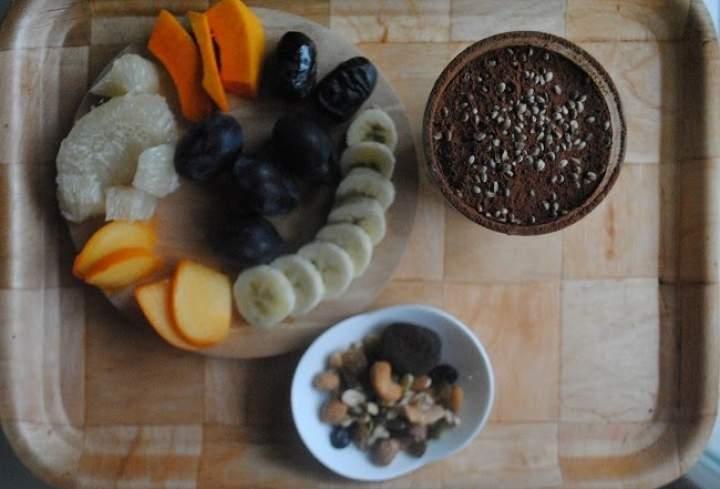 810. Kokosowy koktajl: awokado, gruszka, mięta, owoce i bakalie