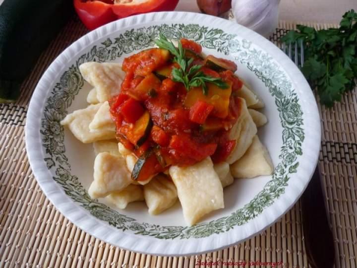 Gnocchi twarogowe z sosem pomidorowym, cukinią i papryką.