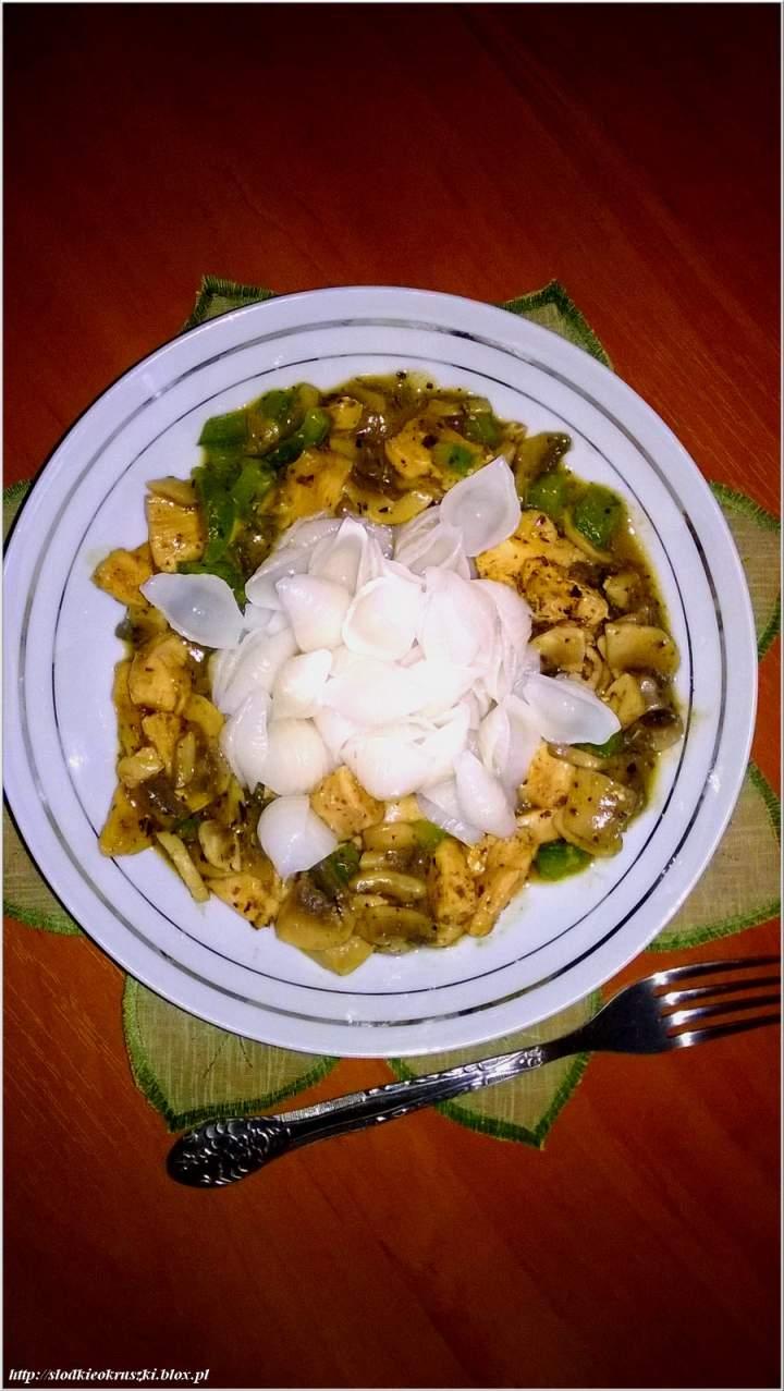 Obiad w orientalnym stylu. Makaronowe muszelki ryżowe w mięsno-grzybowym sosie.