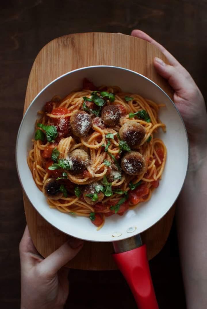 Ogniste spaghetti z idealnymi wegańskimi klopsikami