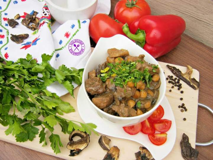 Szynka z cieciorką w sosie grzybowym
