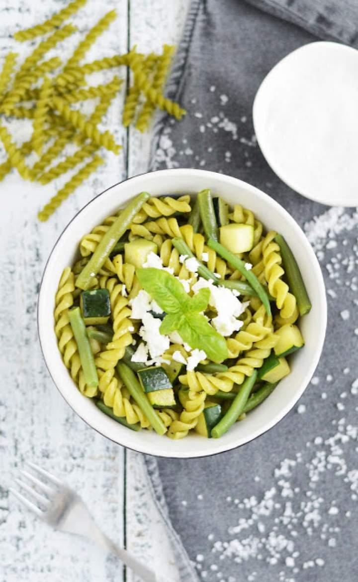 Zielony makaron z fasolką szparagową i cukinią