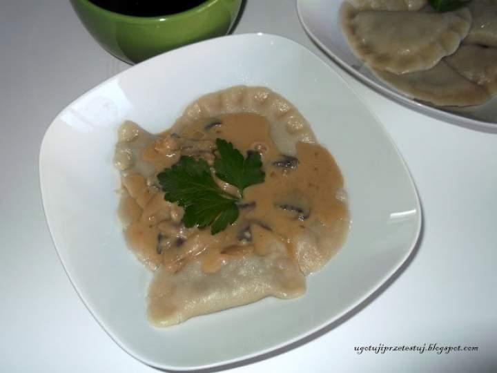 Pierogi z pieczarkami i pieczarkowym sosem