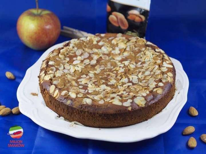 Wilgotne ciasto migdałowo-jabłkowe