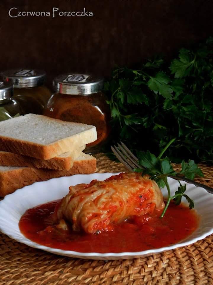 Gołąbki z włoskiej kapusty w sosie pomidorowym