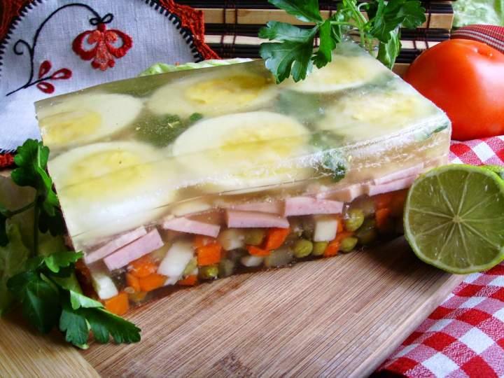 Galareta z szynką, jajkami i warzywami. Smaczna i efektowna.
