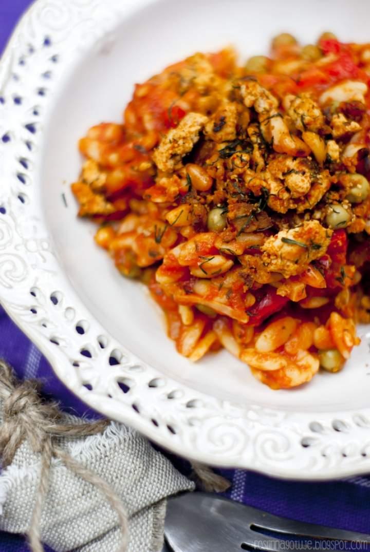 Pomidorowa potrawka z makaronem orzo i kruszonką z wędzonego tofu