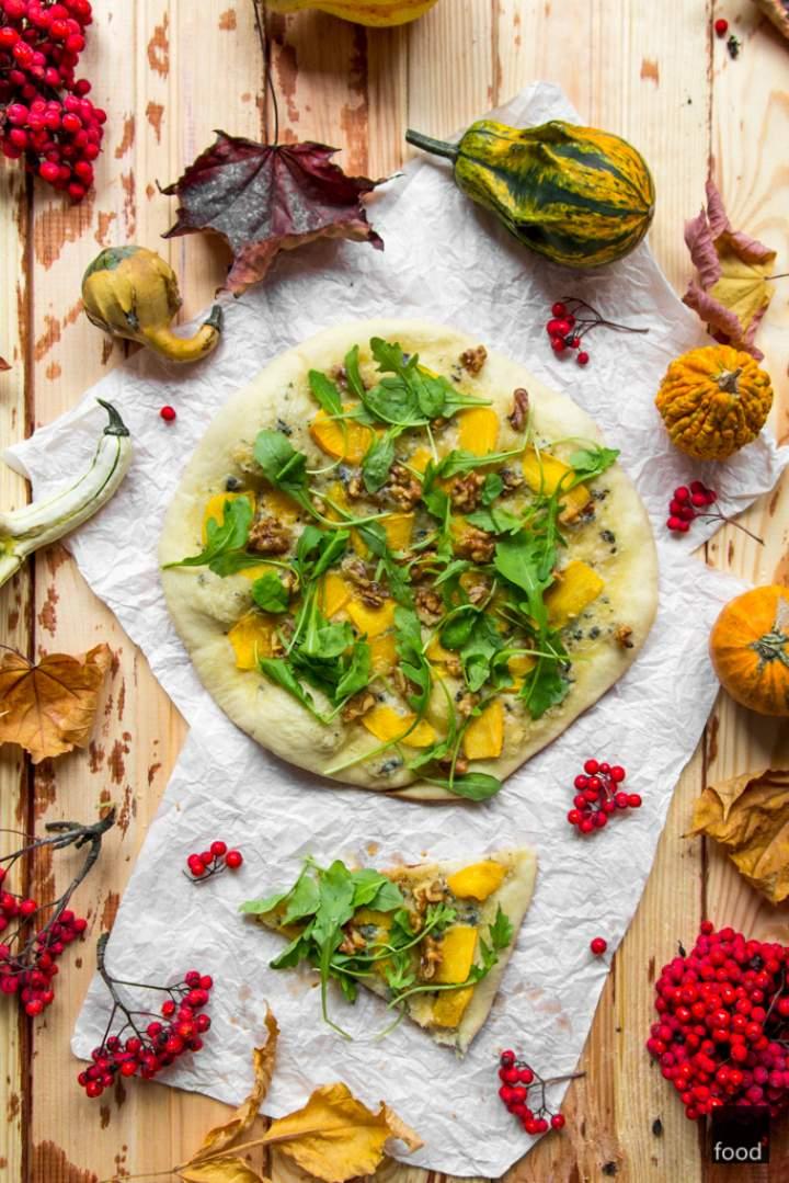 Pizza bianca z serem pleśniowym, dynią, rukolą i orzechami włoskimi