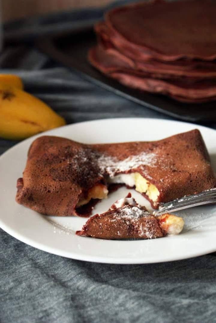 Kakaowe naleśniki z nutellą, bananami i bitą śmietaną