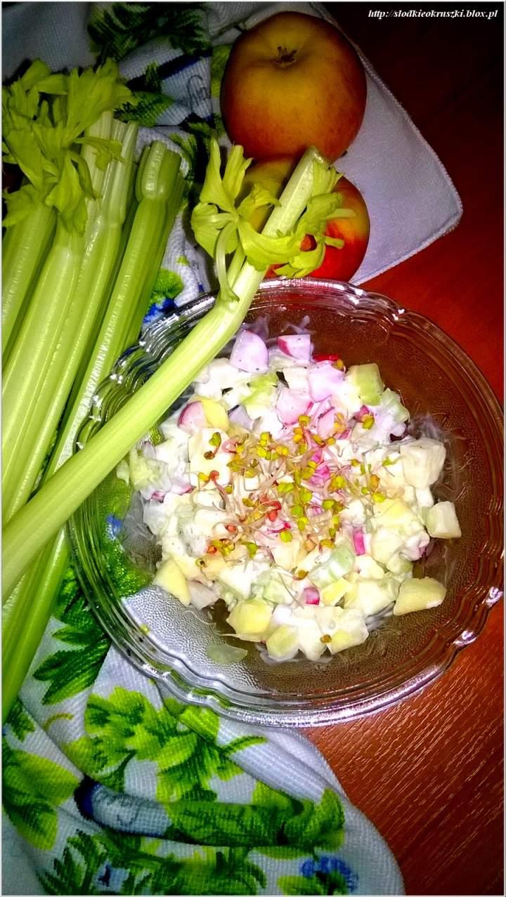 Lekka sałatka z selerem naciowym, jabłkiem i rzodkiewką