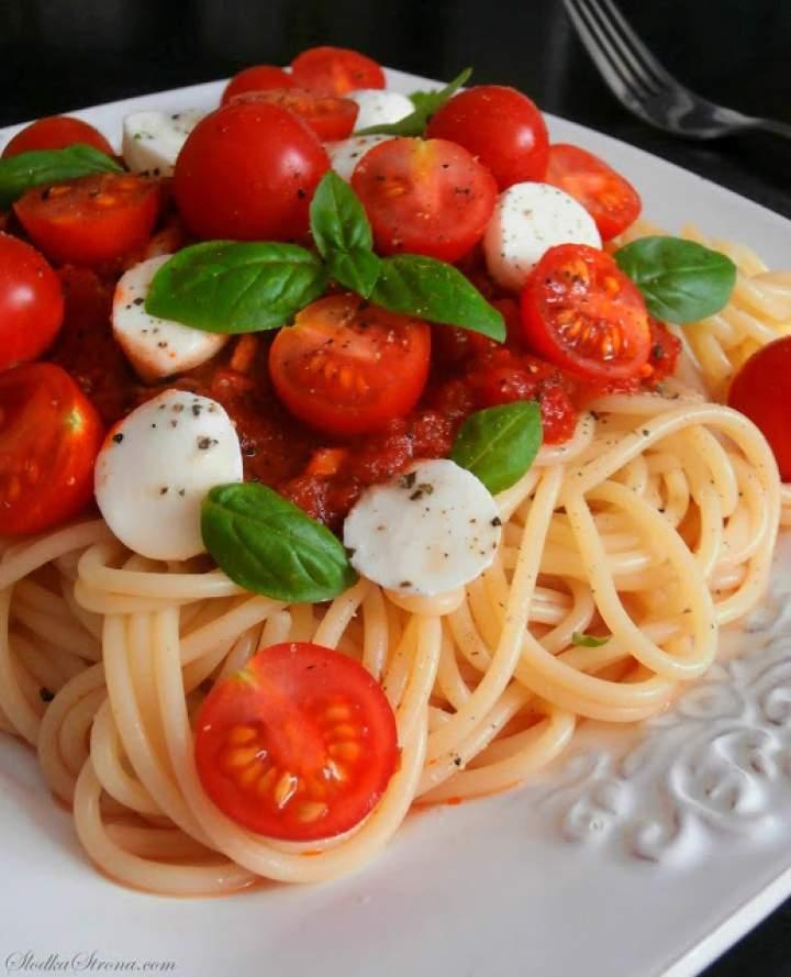 Makaron z Pomidorkami Koktajlowymi, Mozzarellą i Bazylią w Sosie Pomidorowym