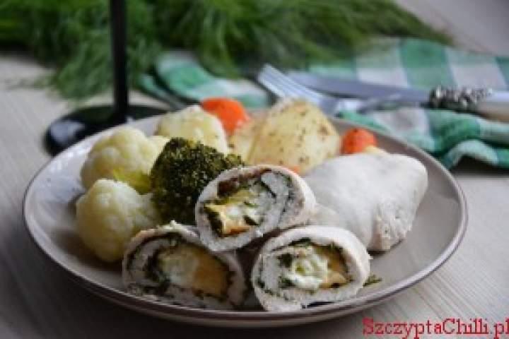 Roladki drobiowe z bryndzą i wędzonym serem gotowane na parze z warzywami