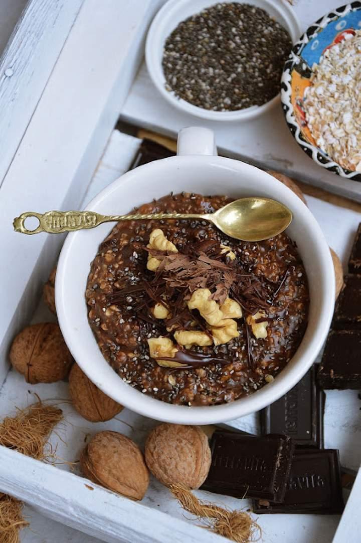 Czekoladowa owsianka z orzechami i nasionami chia
