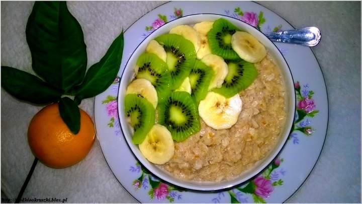 Cynamonowo-orkiszowy pudding ryżowy z owocami. Szybko i smacznie.