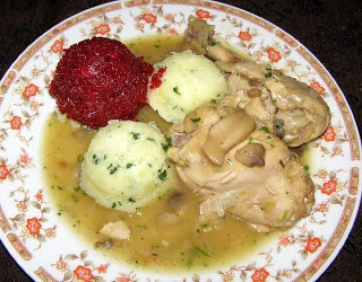 duszony kurczak w sosie pieczarkowym  z cebulką na maśle tymiankowym…