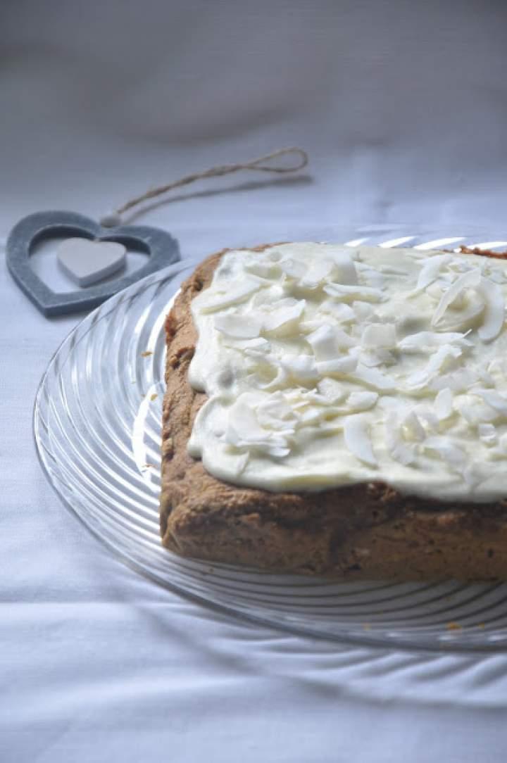 Zdrowe orkiszowe ciasto z dynią i żurawiną oraz jogurtową polewą