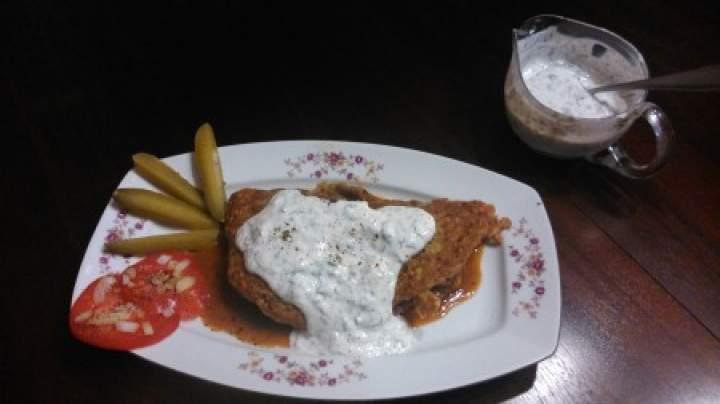 placek węgierski z gulaszem i sosem jogurtowym