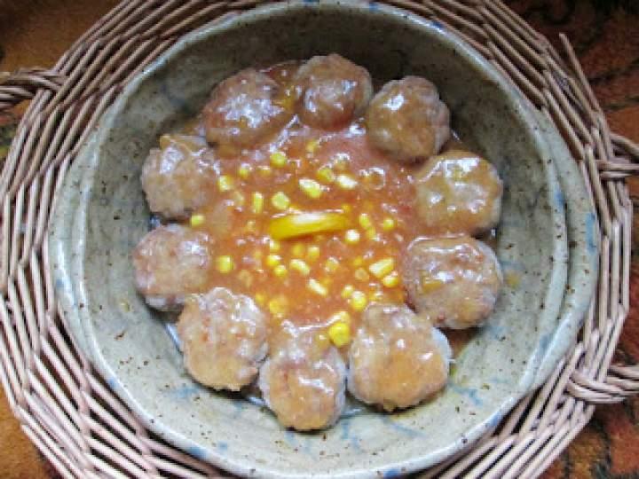 Pulpety mięsne z kukurydzą w sosie pomidorowym