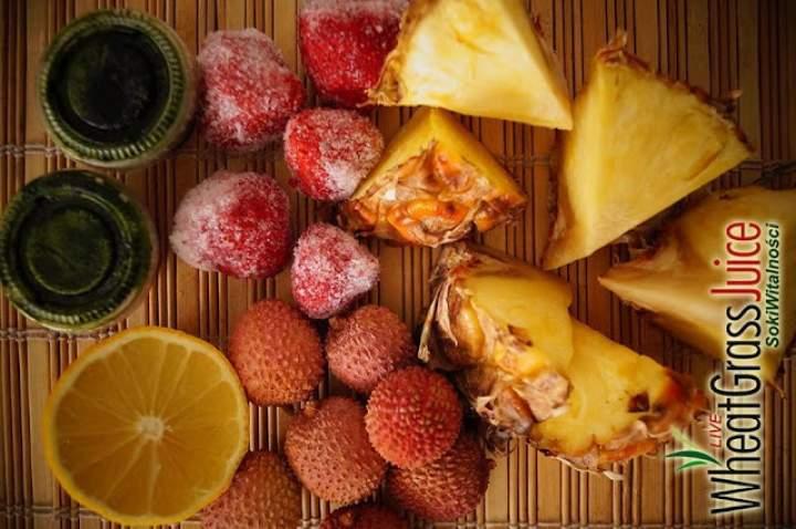 liczi + ananas + cytryna + mrożone truskawki + sok z trawy pszenicznej