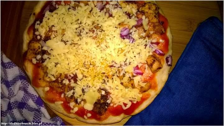 Prosta pizza domowa z ziołowym kurczakiem. Przepis na pizzę.