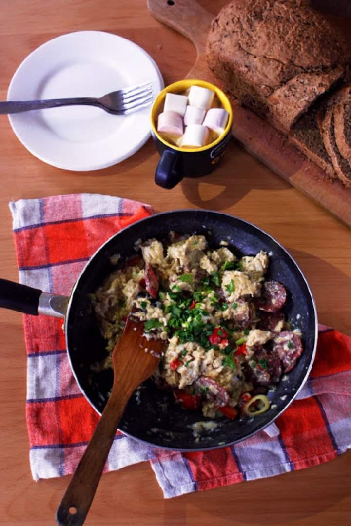 Jajecznica z suszonym salami i orzechami włoskimi