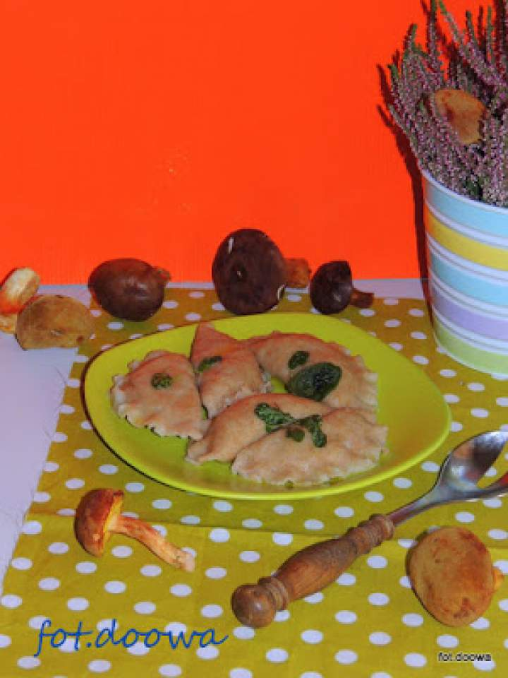 Pierogi z grzybami i papryką z masłem szałwiowym