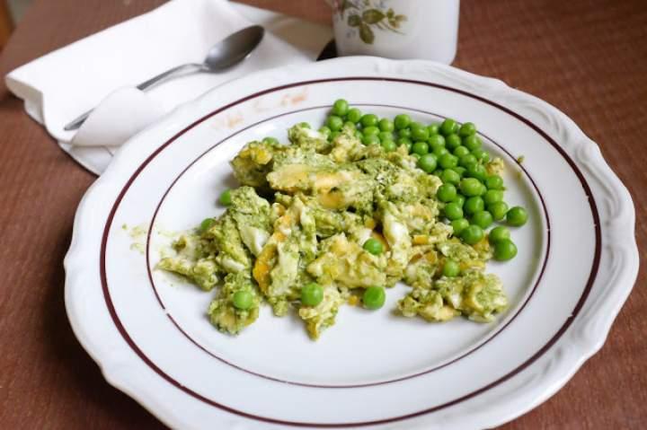 Pesto z jarmużu z jajecznicą