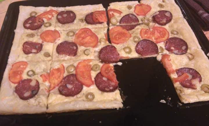 Pizza na cieście francuskim -szybka i prosta przekąska.