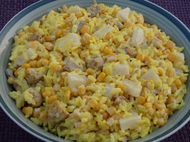 Żółta sałatka ryżowa z kurczakiem