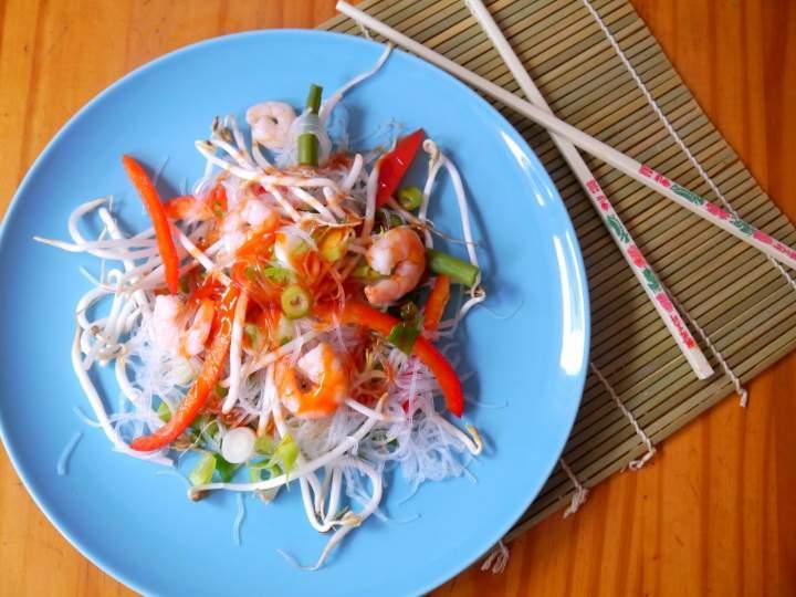 Sałatka z makaronem ryżowym i krewetkami