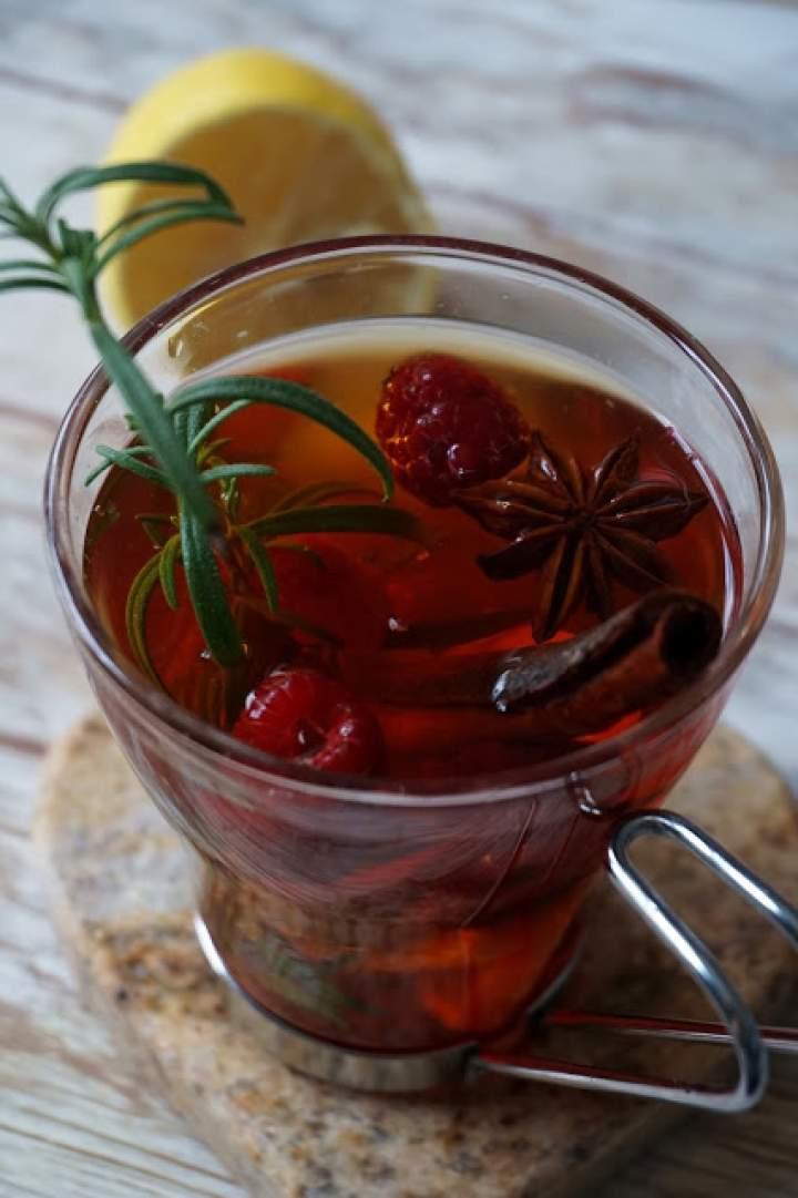 Herbata z rozmarynem i malinami
